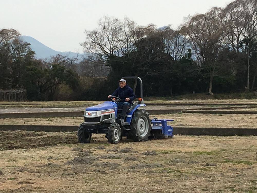 トラクターによる耕耘